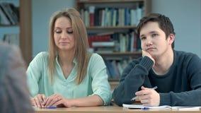 Alunos adolescentes novos na classe, escutando um professor Fotografia de Stock