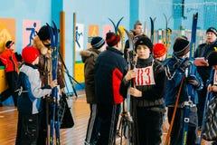Alunos bielorrussos irreconhecíveis da escola secundária que preparam-se para Fotos de Stock Royalty Free