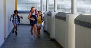 Alunos com os schoolbags que correm no corredor na escola 4k filme