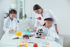 Alunos com seu professor na lição da química foto de stock royalty free