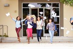 Alunos da High School que comemoram o fim do termo fotografia de stock royalty free