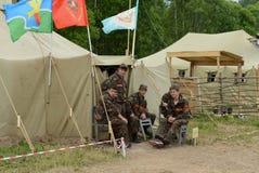 Alunos do acampamento militar-patriótico nos momentos do resto Fotos de Stock Royalty Free