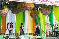 Alunos do relógio das multidões para executar na fase durante celebrações do mercado da Páscoa de Pragues na praça da cidad foto de stock royalty free