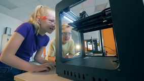 Alunos e equipamento moderno, fim acima Trabalhos da máquina do laboratório quando crianças que olham o filme
