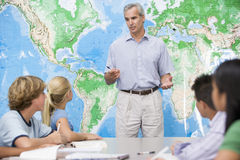 Alunos e seu professor em uma classe Imagem de Stock