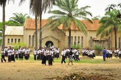 Alunos em África fora da igreja Imagem de Stock Royalty Free