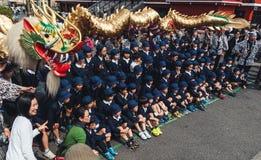Alunos em Dragon Dance dourado no Tóquio imagem de stock royalty free