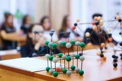 Alunos em uma classe da ciência com um modelo molecular Backg imagens de stock