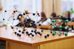 Alunos em uma classe da ciência com um modelo molecular Imagem de fundo com foco macio Conceito da instrução fotografia de stock