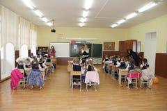 Alunos em uma mesa da escola em uma lição na escola - Rússia Moscou a primeira High School a primeira classe b - 1º de setembro d Fotos de Stock