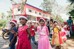 Alunos que comemoram o Natal na escola pública Ker do ` s de St Ann Imagens de Stock