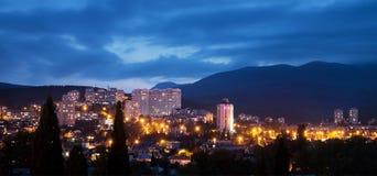 Alushta na noite, crepúsculo cityscape crimeia fotografia de stock
