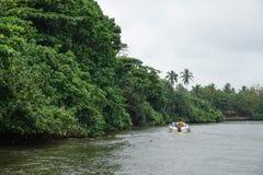 Aluthgama,斯里兰卡- 2018年5月04日:一条小船的游人在美洲红树森林附近的河 库存图片