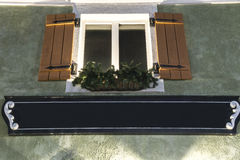 Żaluzi okno z plantatorem i Opróżnia znaka Obraz Stock