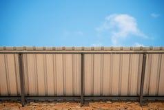 Aluzinc有蓝天的金属板屋顶 免版税库存图片
