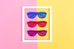 Żaluzja cieni okulary przeciwsłonecznych na wibrującym tle Zdjęcia Stock