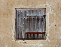 Żaluzja w starej betonowej ścianie dom fotografia royalty free