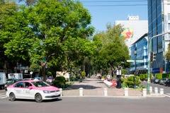 Alvaro Obregon aveny på den trendiga Roma Norte grannskapen i Mexico - stad arkivfoton