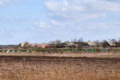 Alveari di legno variopinti in una zona rurale fotografia stock libera da diritti