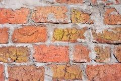 Alvenaria com tijolos e as emendas ásperas rachadas do cimento Imagens de Stock Royalty Free