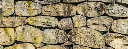 Alvenaria de pedras do rio perto acima fotos de stock
