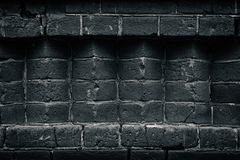 Alvenaria preta velha - cantos do tijolo - escura - fundo cinzento imagem de stock royalty free