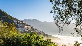 Alvito,在有雾的日出的Ciociaria 库存照片