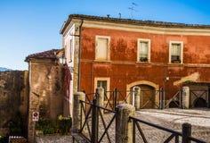 Alvito Ciociaria på soluppgång, sikt av ett gammalt hus Royaltyfri Foto