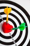 Alvo branco preto com os dois dardos no símbolo do amor do coração como o bullseye Fotos de Stock