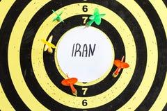 Alvo com dardos no centro de que a inscrição Irã imagens de stock