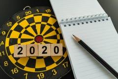 Alvo do negócio ou conceito dos objetivos com bloco 2020 de madeira com pena Fotografia de Stock Royalty Free
