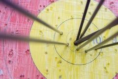 Alvo do tiro ao arco com as setas nele Esfera 3d diferente Fotografia de Stock Royalty Free