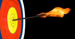 Alvo do tiro ao arco com a seta no fogo no olho de touros Fotografia de Stock Royalty Free