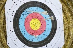 Alvo do tiro ao arco com setas sobre Foto de Stock