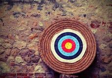 Alvo grande com os círculos concêntricos a treinar durante o tiro ao arco c foto de stock royalty free