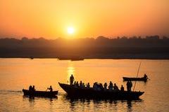 Alvoreça no Ganges River, com as silhuetas dos barcos com peregrinos varanasi fotografia de stock