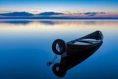 Alvoreça no lago Seliger com um barco de pesca velho no primeiro plano Imagem de Stock