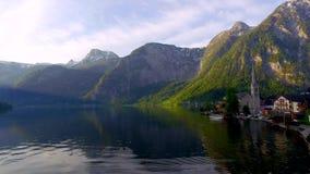 Alvoreça sobre o lago da montanha em Hallstatt, cumes video estoque