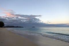 Alvoreça na praia de Waimanalo que olha para ilhas de Mokulua Imagem de Stock