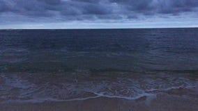 Alvorecer acima do Oceano Pacífico - vista da praia em Kapaa na ilha de Kauai, Havaí video estoque
