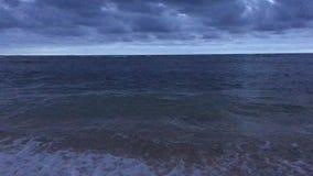 Alvorecer acima do Oceano Pacífico - vista da praia em Kapaa na ilha de Kauai, Havaí vídeos de arquivo