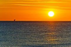 Alvorecer alaranjado sobre o mar Mediterrâneo no verão para o curso e o conceito naturalista Fotografia de Stock