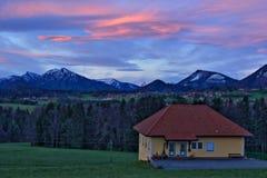 Alvorecer austríaco da casa das montanhas dos cumes Fotografia de Stock
