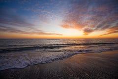 Alvorecer colorido sobre o mar, por do sol imagens de stock