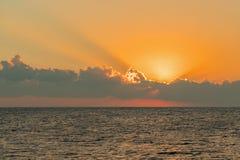 Alvorecer colorido sobre o mar, por do sol Por do sol m?gico bonito sobre o mar foto de stock