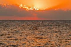 Alvorecer colorido sobre o mar, por do sol Por do sol m?gico bonito sobre o mar fotos de stock royalty free