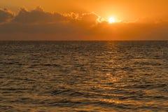 Alvorecer colorido sobre o mar, por do sol Por do sol m?gico bonito sobre o mar fotografia de stock