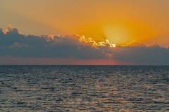 Alvorecer colorido sobre o mar, por do sol Por do sol m?gico bonito sobre o mar fotografia de stock royalty free