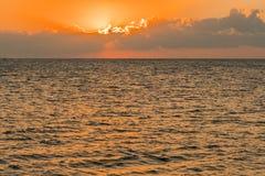 Alvorecer colorido sobre o mar, por do sol Por do sol m?gico bonito sobre o mar imagem de stock royalty free