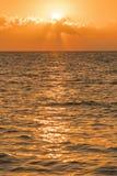 Alvorecer colorido sobre o mar, por do sol Por do sol m?gico bonito sobre o mar Foto vertical foto de stock royalty free